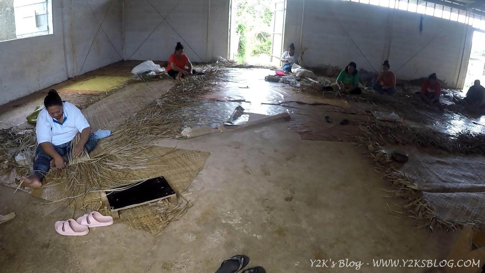 Le donne intrecciano la corteccia del gelso da carta per creare le Tapa - Neiafu