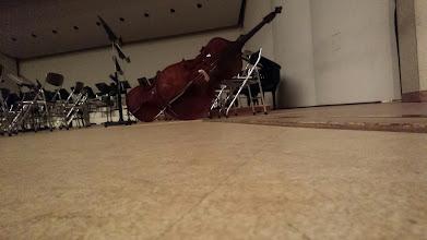 Photo: 今日は妻の知人が参加しているオーケストラのウインターコンサートへ。開始前にお約束のステージにすれすれ。