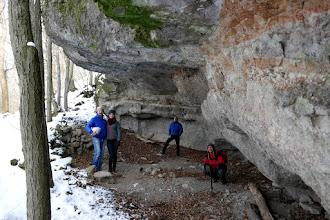 Photo: A Macska-lyuk egy andezittufa breccsában kialakult, mesterségesen tágított üreg, az Asztal-kő alatti letörés sziklaeresze alatt.
