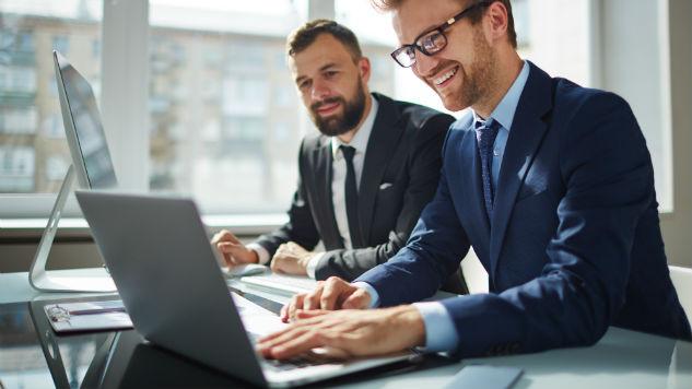 Chiếc laptop cũng là một công cụ làm tôn lên vẻ sang trọng, hào nhoáng của những doanh nhân thành đạt.