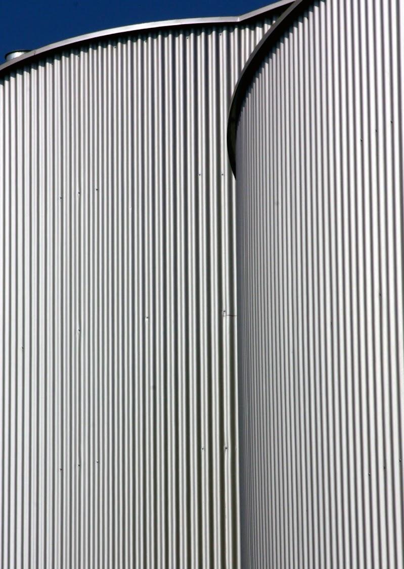 linee verticali sotto a un cielo blu di paolo-spagg