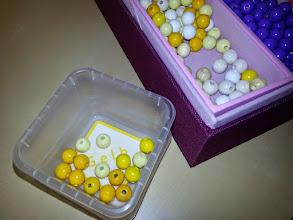 Photo: Perlen sortieren
