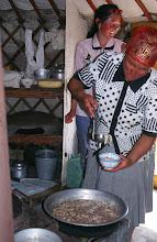 Photo: 03195 ブルド/バスハダール家/麺作り/羊肉の角切りスープに塩味をつけて麺を煮込む。