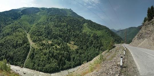 Die grünen Hänge täuschen, diese Berge sind rund 2600 m hoch.