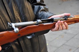 Photo: Karabina Mannlicher M95/30, produkovaná zbrojovkou Steyr ještě za Rakouska-Uherska.  Zbraň měla velmi výkonnou ráži 8x50, později byla přerážována na ráži 8x56R. U zbraně je zajímavostí přímo tažný závěr (tj. k přebití náboje se závěr nemusel otáčet pohybem nahoru, náboj se přebil jen trhem závěru k sobě a poté zpět. S touto zbraní se bojovalo po celou dobu 1. světové války. Stříleli z ní hlavně vojáci rakousko-uherské armády a později se používala jako náhrada v případě nedostatku pušek K98 ve 2. světové válce. Autor popisku: Štěpán Pravda, student 1. A.