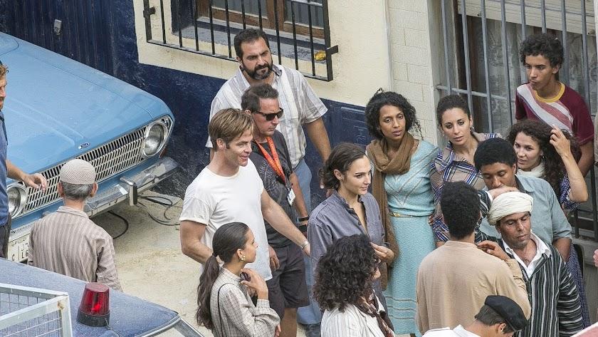 Gal Gadot (de gris) y Chris Pine (con camiseta blanca), rodando ayer en la calle Cruces Bajas de la capital.