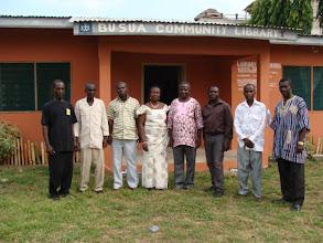 Photo: les autorités lors de l'opening party de la bibliotheque de Busua. 3ème en partant de la droite, Ebenezer à l'origine du projet