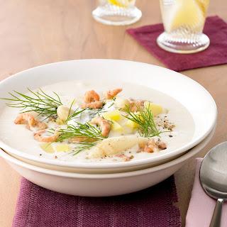 Spargel-Kartoffel-Suppe mit Nordseekrabben und Dill-Crème-fraîche