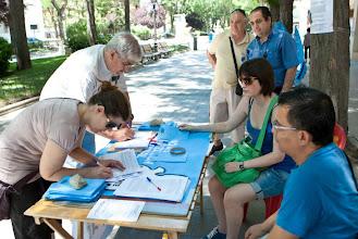 Photo: Recogiendo firmas en Villa de Vallecas.