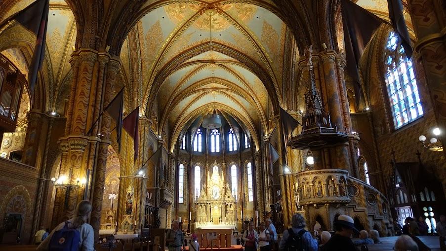 色調金黃貴氣的教堂內部