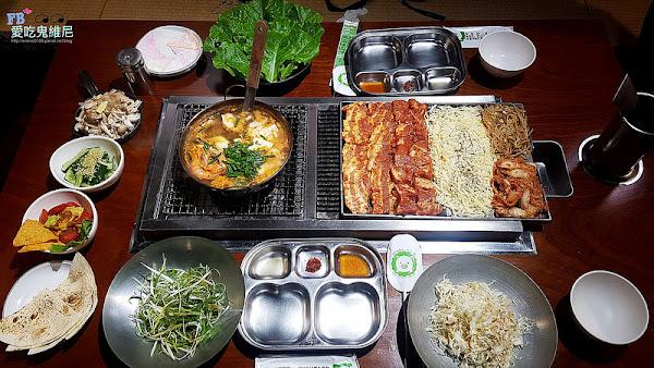 台中菜豚屋。是日本人開的韓式燒肉還有專人為您烤肉唷! 特別選用小農契作日本有機生菜,可以無限續! 吃法超多種!