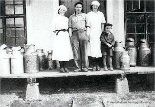 Photo: Mejeriet 1938. fr v Margit Berglund, Martin Nilsson, Ingrid Larsson Stora Sten och Karl-Erik Rydberg