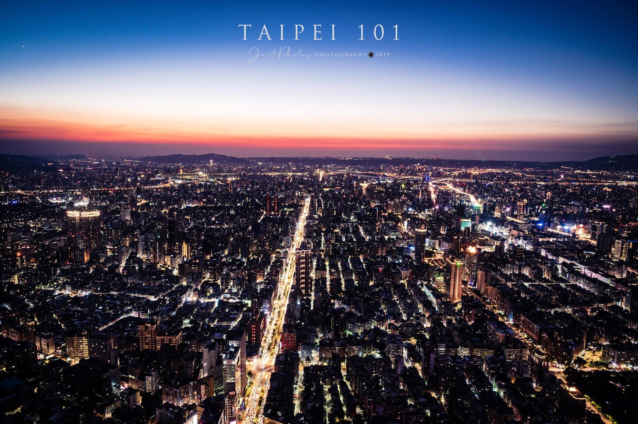趁著太陽日落半小時的黃金時段,還可拍攝到霞光與台北夜景同時並存的絕妙景色。