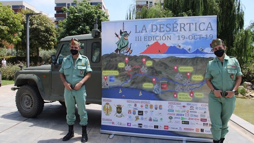 El Cabo Mayor Bernabé y la Dama Legionaria Dolores junto al cartel de la Desértica.