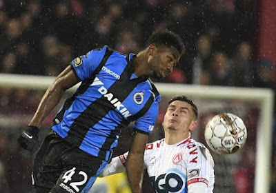 Les joueurs du FC Bruges Dennis et Denswil ne comprennent pas le but annulé à Courtrai