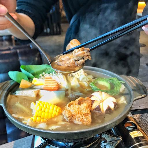 第一次嘗試花雕雞口味的火鍋🍲 酒味不會太濃 肉又很嫩很香 兩種吃法的火鍋真的很特別 享受了兩種不一樣的口感~ 份量很多 一個人真的吃不完哈哈哈 很值得推薦的一間餐廳🍴 而且服務真的很好 也會來關心