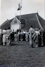 Photo: Rondom de VCJC vlag dagopening te Hoorn (terschelling) Midden achter de vlag: Harm Zandvoort, Harmpje Rozenveld Wd. Berend Oosting, Klaasje Kamps, Jene Westerhof, Antje Rozenveld enz. Deze dag komt tot ons als een geschenk van God enz.