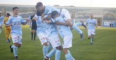 Los celestes celebran uno de los goles al Vélez.