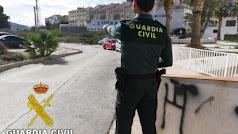 Un agente trabajando. En una imagen cedida por la Guardia Civil.