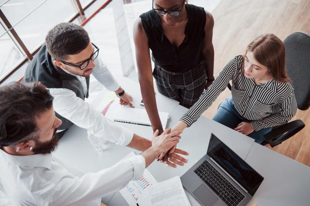 De jeunes gens d'affaires discutent ensemble de nouvelles idées créatives lors d'une réunion au bureau.  Photo gratuite