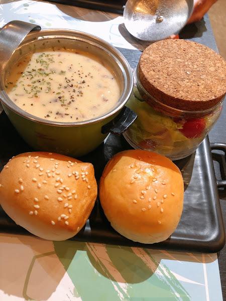 餐點cp值很高,附湯、麵包跟沙拉,樣樣都好吃,沙拉新鮮不是軟的那種,湯也很濃好喝!點的是8oz肋眼牛,肉質好!而且吃的飽嘟嘟的。 上菜速度很快,最便宜的餐點2、3百元就有!推推