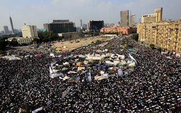 Photo: Manifestantes egipcios rezan en la plaza Tahrir durante la manifestación bautizada «El viernes de la última oportunidad» Fotografía: AMEL PAIN | EFE
