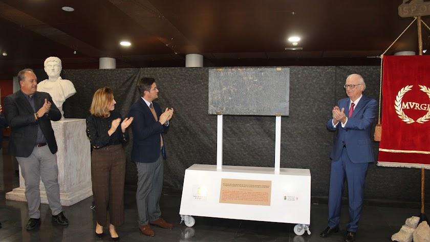 Descubrimiento de la placa donada por Wim Kuipers al municipio de El Ejido.