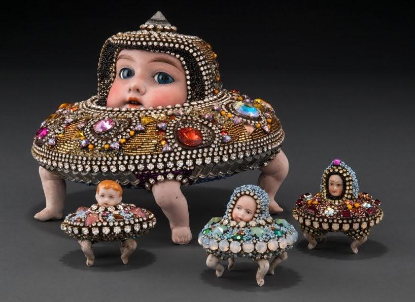 Conjuntos surrealistas de Betsy Youngquist combinan rasgos humanos con animales