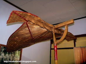Photo: Payung Kebesaran Kerajaan Gowa La'lang Sipue (replika).La'lang sipue terbuat dari daun lontar (Borassus flabellifer).Dipakai pada saat pelantikan raja Gowa. http://nurkasim49.blogspot.com/2011/12/ii.html