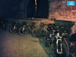 Photo: Els ciclistes fan parada al Mas de Sant Iscle, cava i coca per degustar