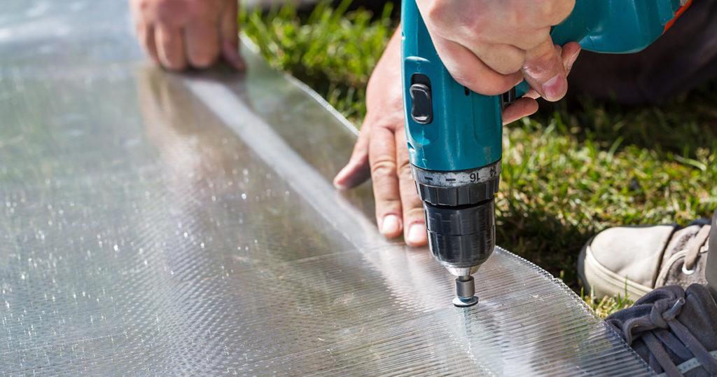 Đặt mũi khoan vuông góc với bề mặt tấm lợp khi lắp đặt