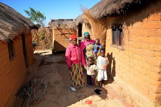 Photo: Sabela její rodina. Vlevo dům a vpravo kuchně s ohništěm.