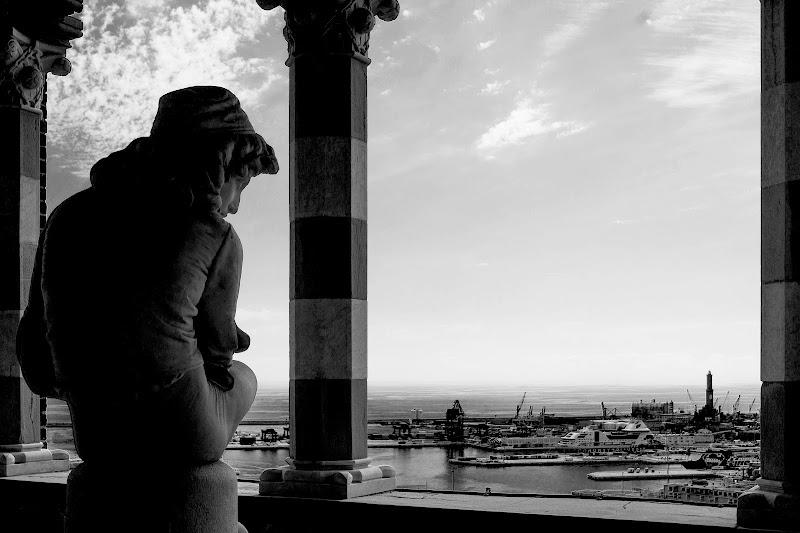 Il porto di Genova e la sua Lanterna. di Naldina Fornasari