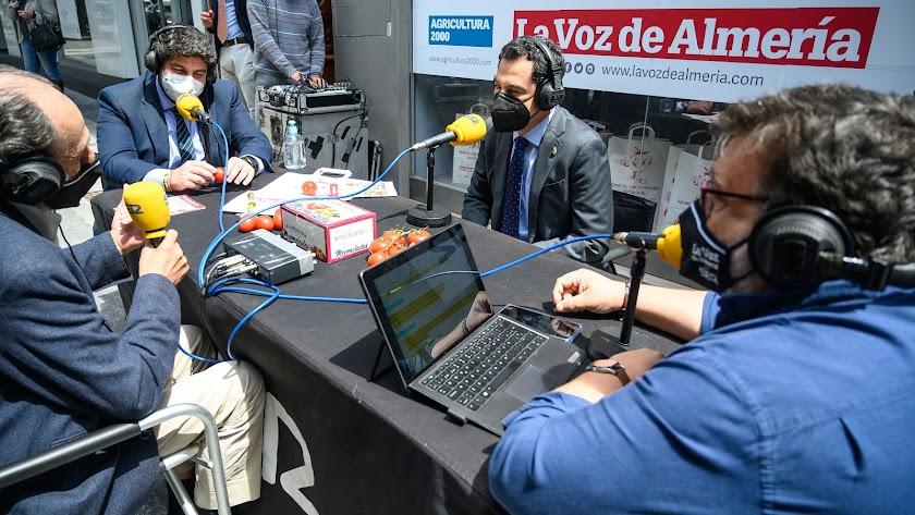 Los dos presidentes autonómicos en el Paseo de Almería.