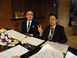Photo: いっぽう、受付で飲食もできず仕事に邁進する福岡スタッフであります