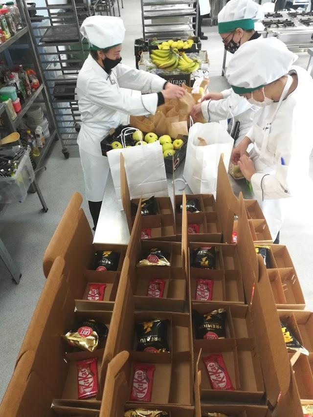 Estudiantes y profesionales elaboran los platos.