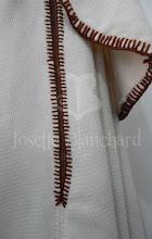 Photo: Capa godê com sobrecapa em lã texturizada bege, abertura frontal e para os braços e e acabamento em lã marrom à mão.   Site: http://www.josetteblanchard.com/  Facebook: https://www.facebook.com/JosetteBlanchardCorsets/  Email: josetteblanchardcorsets@gmail.com josetteblanchardcorsets@hotmail.com