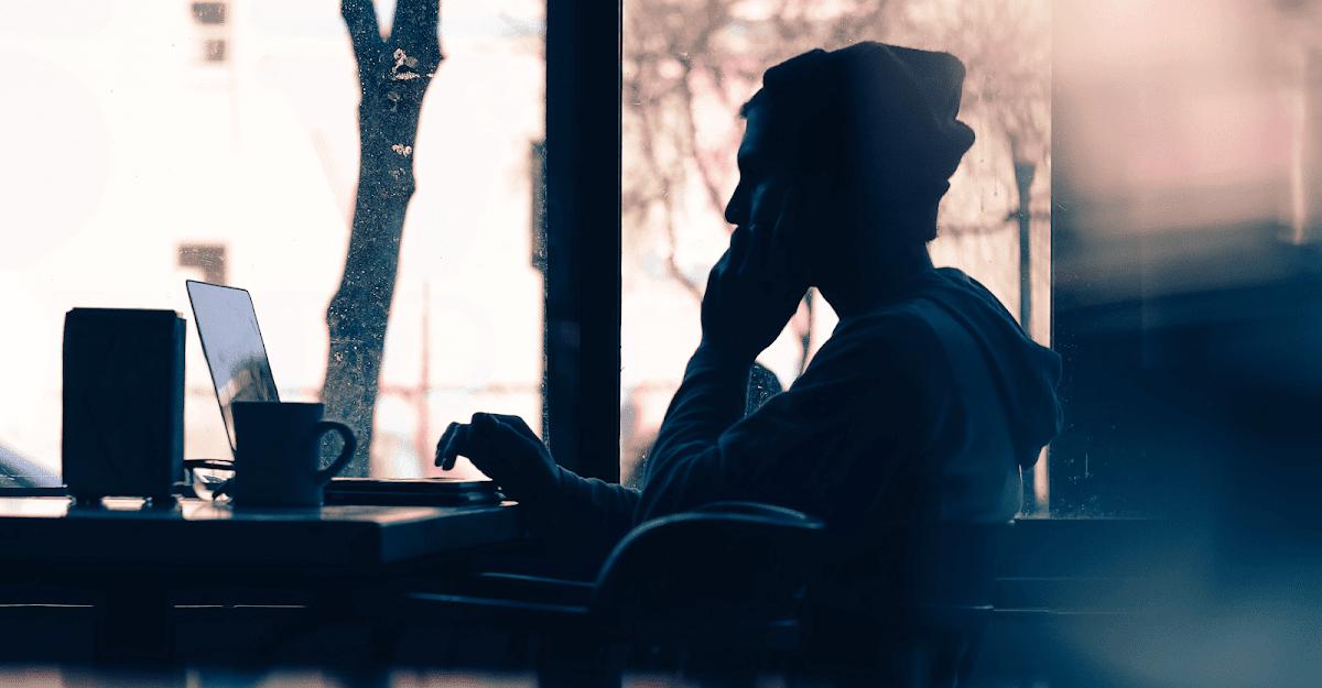Homem usando o telefone em ambiente de escritório