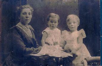 Photo: Johanna Cornelia van der Vliet-Snel met haar beide dochtertjes Ans (in het midden) en Femia. De foto zal uit 1905 stammen.