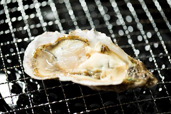 帶殼的生蠔在網烤時較方便,可用殼做為烤生蠔盛器,只是往往容易烤過頭太乾。而烤去殼生蠔則可用鋁箔做底來烤,而且熟的更均勻更快喔!