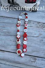 Photo: collana con bottoni bianco e rosso