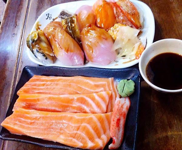 鮭魚吃來厚實爽快,滿滿的油脂在口中散發,串燒醬汁夠味,炒飯也很好吃,湯免費自助,整體不貴cp高~