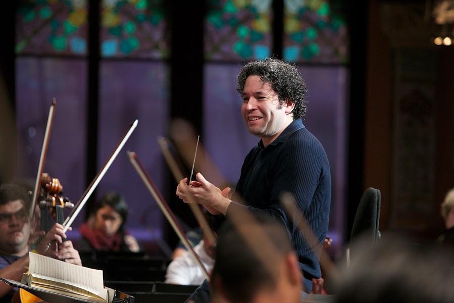 Pese a que tiene muy poco día de descanso y a su arduo trabajo, Gustavo Dudamel no pierde la sonrisa en los ensayos.