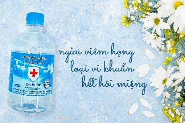 cách súc miệng bằng nước súc miệng - Dr.Muối