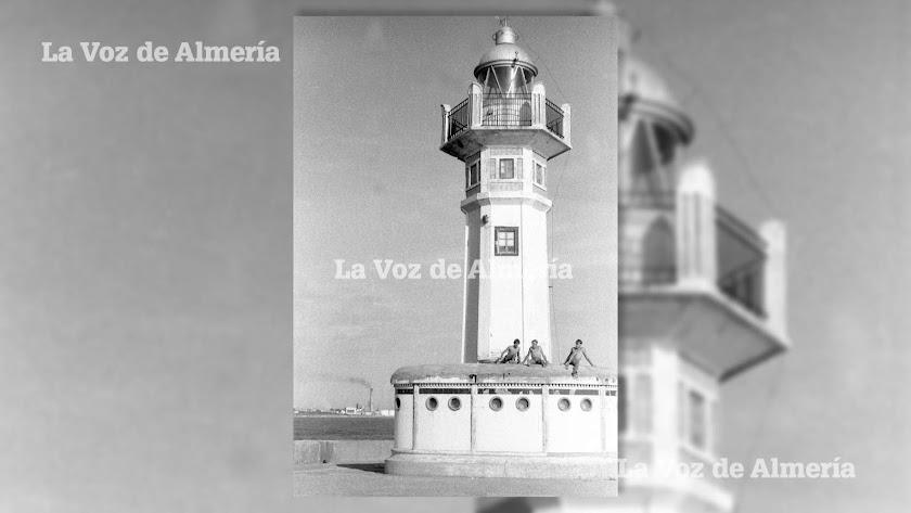 Tres adolescentes tomando el sol sobre el castillete de la base del faro de Almería.