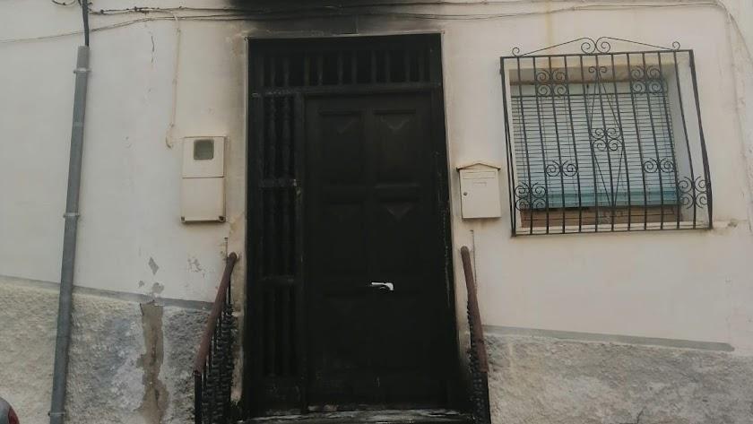 Estado en el que ha quedado la puerta de la vivienda, en una imagen facilitada por la Guardia Civil.