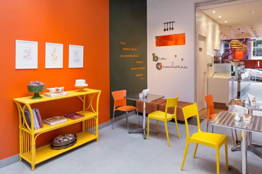 Mesa com cadeiras  Descrição gerada automaticamente