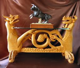 Photo: Mesa con cristal ovalado (El toro es de porcelana de Algora y está puesto nada más que como adorno). || Talla en madera. Woodcarving.   Puedes conocer más de este artista en el blog: http://tallaenmadera-woodcarving-esculturas.blogspot.com/