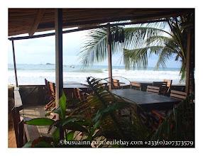 Photo: Terrasse du Busua Inn, les pieds dans l'eau, Busua, Ghana Busua inn's terrace, the feets in the sea, Busua, Ghana