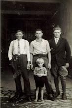 Photo: 1941 r. - Władysław Bienias - z prawej- Z Niemcami u których pracował na przymusowych robotach.
